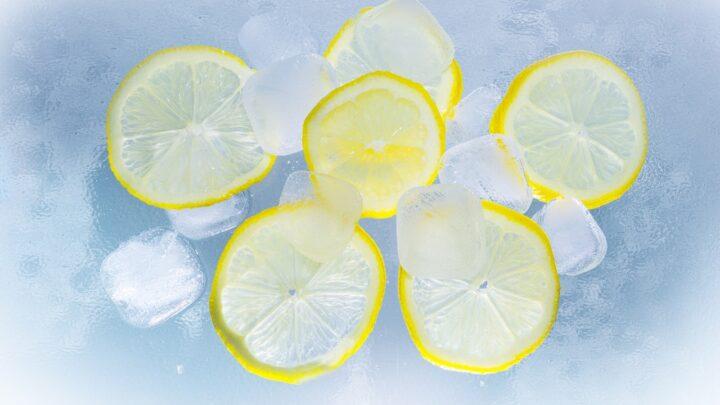 Opskrift på Whiskey Sour – En syrlig herredrink, der sparker